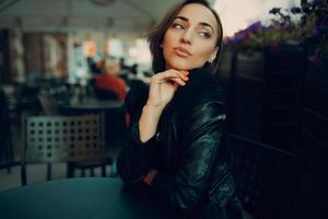 mooi meisje zit in een café foto