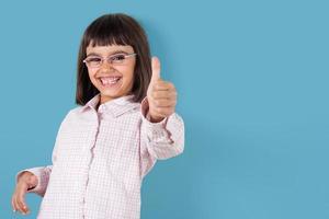grappig meisje tumbs opdagen foto