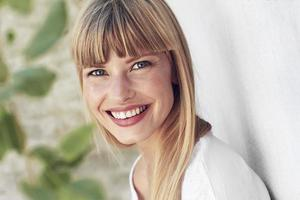 vreugdevolle jonge vrouw portret