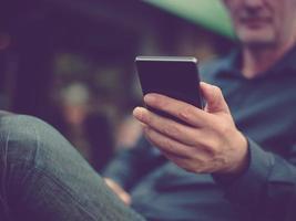 close-up van iemands handen met slimme telefoon foto