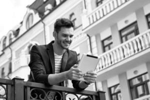 concept voor stijlvolle jonge man buitenshuis foto