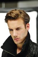 jonge man studio schieten poseren close-up