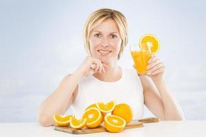 vrouw en sinaasappel. foto