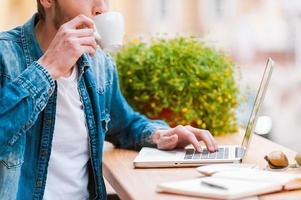 zijn dag beginnen met een kopje koffie. foto