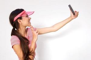 gelukkig meisje dat selfie met mobiele telefoon neemt foto