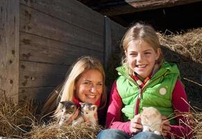 oostenrijk, salzburg land, flachau, vrouw en meisje met kitten i