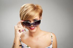 mooie jonge vrouwen die zonnebril dragen