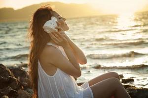 mooi meisje met een zeeschelp foto