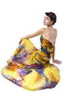 gele zijden jurk op witte achtergrond foto