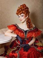 jong meisje rode jurk foto