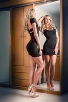 jonge vrouw in spiegel kijken foto