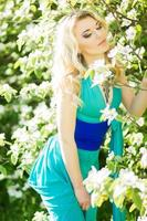 portret van een mooie jonge blonde vrouw foto
