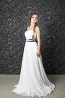 mooie vrouw in witte trouwjurk foto