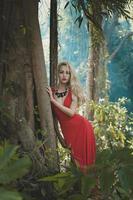 mooie dame in tropisch woud foto