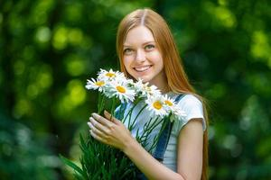 mooie lachende roodharige jonge vrouw foto