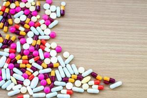verschillende tabletten pillen capsule hoop mix therapie drugs dokter griep foto