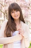 positieve jonge vrouw poseren foto