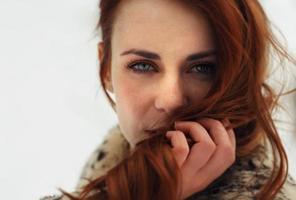 portret van mooie vrouw op zoek naar camera foto