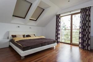 slaapkamer met balkon foto