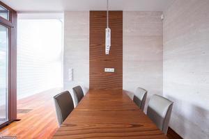 elegante houten tafel met stoelen foto