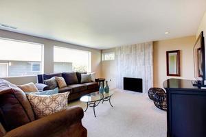 lichte ivoor en bruine woonkamer foto