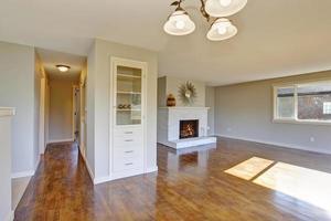 hardhouten woonkamer met open haard. foto