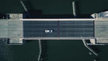 auto op de brug foto