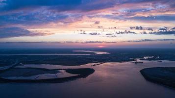 zonsopgang boven de kustlijn foto