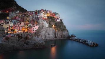 stadsgebouwen op rotsachtige berg foto