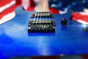 close-up van een blauwe gitaar met Amerikaanse vlag