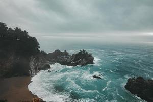 foto van de oceaan onder bewolkte hemel