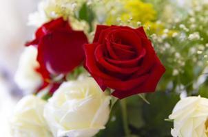 rode en witte roos bloemstuk foto