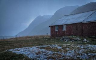 besneeuwde scène van boerderij