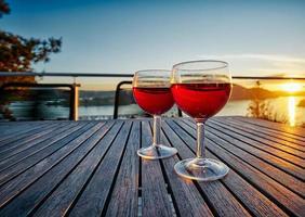 twee rode wijnglazen foto