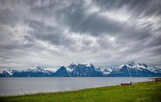 waterlichaam naast met sneeuw bedekte berg
