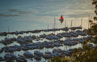 een enkele rode zeilboot foto