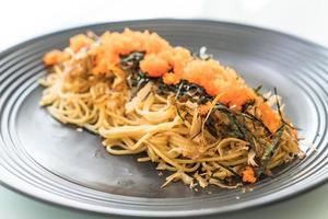 fusiongerecht van pasta en tobiko