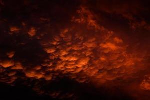 witte en oranje stormachtige wolken