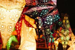 verlichte meerkleurige lantaarns