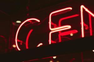 rode neon bewegwijzering foto