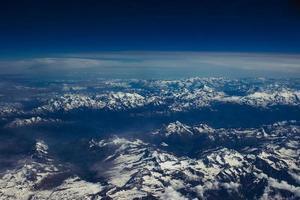met ijs bedekte bergen vanuit het vliegtuig