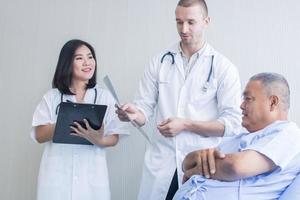 beroepsbeoefenaren in de gezondheidszorg die met de patiënt praten foto