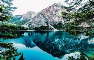 landschap met meer en bergen