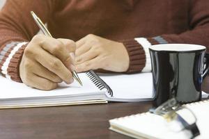 persoon die in planner schrijft