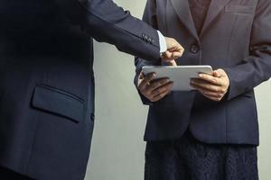 mensen uit het bedrijfsleven kijken naar tablet-computer foto
