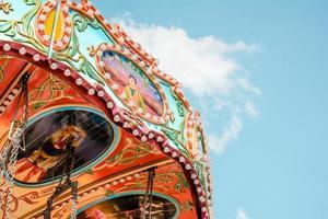 kleurrijke vermaakrit tegen blauwe hemel foto