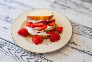 aardbeien shortcake brood op plaat foto