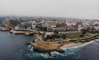 luchtfotografie van kustgebouwen