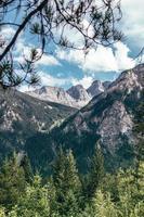 grijze en zwarte kale heuvels aan de horizon foto