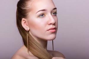 studio schoonheid portret van een mooie jonge vrouw foto
